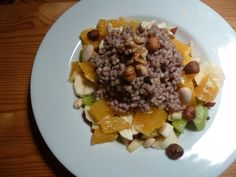 Bei der Saisongärtnerin darf es morgens gerne mal süß starten: Buchweizengrütze, dazu einen bunten Obstsalat und eine Hand voll Nüsse.
