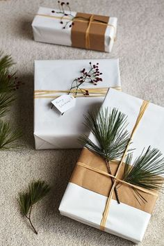 Easy Christmas Gift Wrap - Here's an easy idea to get your gifts looking super gorgeous and unique this year. Easy Christmas Gift Wrap - Here's an easy idea to get your gifts looking super gorgeous and unique this year. Wrapping Ideas, Creative Gift Wrapping, Minimalist Christmas, Simple Christmas, Christmas Diy, Christmas Decorations, Natural Christmas, Handmade Christmas Gifts, Christmas Gift Wrapping