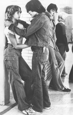 Richie (Matt Dillon) and some lucky girl make eyes in between classes. Matt Dillon, 70s Aesthetic, Teen Couples, Film Inspiration, Vintage Hippie, 70s Fashion, Back In The Day, In This World, Vintage Photos