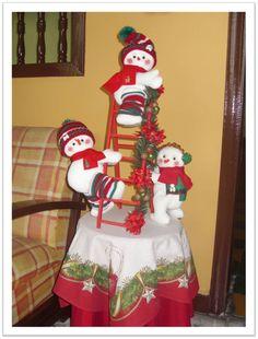 Escalera Muñecos de Nieve Homemade Christmas Decorations, Xmas Decorations, Holiday Crafts, Holiday Decor, Christmas Snowman, Christmas Tree Ornaments, Teacup Crafts, Snowman Crafts, Diy And Crafts