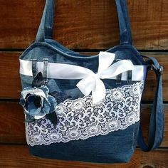 very interesting upcycled denim applique bag by alexandria - Salvabrani Denim Tote Bags, Denim Handbags, Denim Purse, Jeans Denim, Diy Sac, Jean Purses, Denim Crafts, Recycle Jeans, Jute Bags