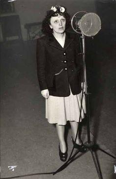 Edith Piaf devant le micro, 1947