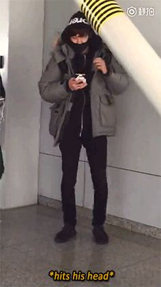 Beijing Airport from Gimpo 151231 : Chanyeol wouldn't look up from his phone (4/4)