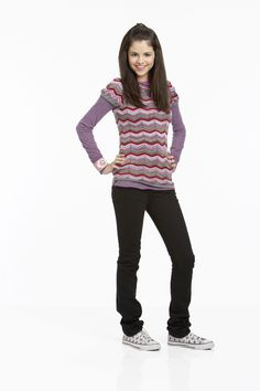 Selena Gomez as Alex Russo in Wizards Of Waverly Place. (Wizards Of Waverly Place photo shoot. Tv Show Outfits, College Outfits, Cool Outfits, Movie Outfits, Selena Gomez Pictures, Selena Gomez Style, 2000s Fashion, Star Fashion, Selena Gomez Wallpaper
