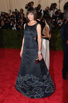 Katie Holmes con vestido negro de Zac Posen.