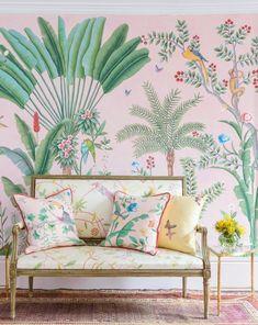 Estampas florais: Estampas florais adicionam delicadeza a qualquer ambiente. Aqui, os belíssimos papeis de parede e tecidos De Gournay. #diadosnamorados #romance #romantic
