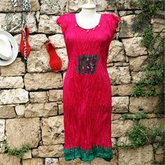 Fuşya İpek Eloya Elbise                                   - Koleksiyonun canlı renkleri; mavi okyanuslardan, sualtı bitkilerinden ve yine sualtı hayvanlarından ilham alıyor. Baskı, batik ve suluboya efektleri ile dalgaları, akarsuları ve doğal yaşamı tasvir ediyor. Ebat: 85 x 150 cm Renk: Gri Kumaş Türü: %100 Pamuk Paket İçeriği: 1 Adet Peştemal Ürün Özelliği: Özel El-yapımı Batik Boyama yönteminin uygulandığı bu peştemaller; Yüksek su emişi, kolay kuruması, inceliği ve rahat taşıma…