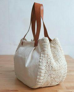 Crochet bag with white details for you to share with Bolsa de crochê. Crochet bag with white details for you to share with Bolsa de crochê com detalhes branca para você compartil Crochet Handbags, Crochet Purses, Crochet Doilies, Crochet Bags, Free Crochet, Learn Crochet, Doilies Crafts, Crochet Wallet, Diy Sac
