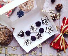 """Праздничные """"пряники"""" на основе raw брауни  с кокосовой глазурью и шоколадные конфеты с фундучным пралине из настоящего сырого органического шоколада. Разумеется все в лучших традициях raw vegan. Такой набор доступен на этой неделе для заказа до 23 декабря включительно. Хранить можно в морозильной камере 3 недели конечно если сможете  Также до конца этой недели (до 23.12) смогу взять пару заказов потом уже не получится  Подумайте заранее какие полезные десерты вы захотите вкусить в…"""