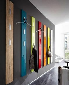 schöne hölzerne Wandhaken in verschiedenen Farben und Glanzfronten