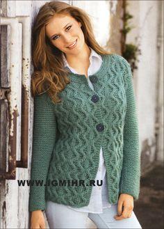 Teplé a pohodlné svetr se vzorem kličkování. Paprsky
