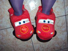 Relâmpago McQueen. - Eu sou uma eterna criança mesmo, meu Deus... Estou aqui pululante e feliz com minhas pantufas! Eu sou apaixonada por Pixar!!! E esse filme (Carros) é um dos meus favoritos! Eu sei todas as falas e músicas! *ADORO* *** Os sapatos das minhas dolls chegaram. Assim que eu terminar de costurar a coleção de roupas que desenhei (6 peças já foram, faltam outras 6), terão fotos delas aqui! Beijos!!! - Fotolog