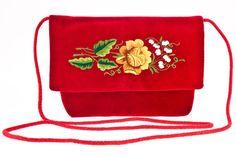 Ręcznie szyta i haftowana kopertówka. Torebka posiada bardzo precyzyjnie wyhaftowane przez twórczynię ludową tradycyjne motywy kwiatowe. Jest to rodzaj haftu płaskie...