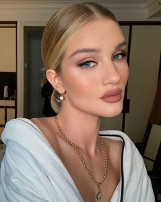 Rosie Huntington-Whiteley& makeup artist, Hung Vanngo, just revealed all the products he used to create this classic bronze makeup look on her. Bridal Makeup For Brown Eyes, Blonde Bridal Makeup, Soft Bridal Makeup, Blonde Hair Makeup, Brunette Makeup, Glam Hair, Makeup Hairstyle, Bridal Beauty, Rosie Huntington Whiteley Makeup