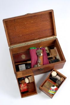 Lot: 123: Dai Vernon's Prop Case, Lot Number: 0123, Starting Bid: $2,600, Auctioneer: Potter & Potter Auctions, Auction: Dai Vernon/Bruce Cervon Magic Collections, Date: January 30th, 2010 EST