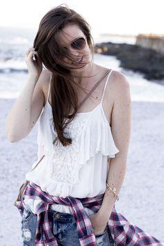 Summerfeeling | One Teaspoon Bonita Shorts Jeans shorts, outfit, summer outfit, sommer outfit, outfit inspiration, shorts outfit, kariertes Hemd, plaid shirt, Volanttop, volant top, Ray Ban sunglasses, beach look