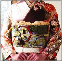 お振袖の帯結び&帯締め・帯揚げアレンジ〈同志会25年度編〉 | 素敵大好き♪美輝美容室 Traditional Japanese, Japanese Style, Kimono Pattern, Japanese Textiles, Crests, Fabric Art, Shoulder Bag, Bags, Outfits