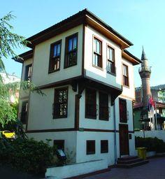 """BURSA EVLERİ-Türk mimari sanatının en önemli temsilcilerinden Prof. Dr. Sedat Eldem; yeşili bol, bahçeleri bol, servi ve minareleri bol bir şehir olaraksrc=/dosyalar/resimler/bursa_kitabi/image/220.jpg söz ettiği """"Bursa Evleri""""ni tarif ederken,odaların ve bahçelerin rahatlığından, güzelliğinden ve ferahlığından şu şekilde söz ediyor:""""Sessiz ve sakin sokaklar, yüksek duvarlarla çevrili."""