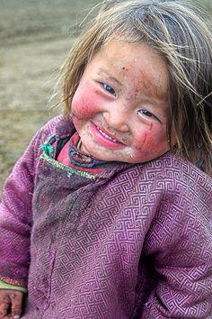 mesmo em tanta dificuldade as crianças tem sempre um sorriso no rosto.
