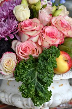Curly leaf kale in flower arrangement | ©homeiswheretheboatis.net #tablescapes #flowers