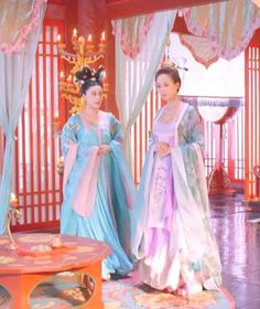 Fan Bing Bing (left) and Janine Zhang Junning (right) in 'Empress of China'. Traditional Chinese, Traditional Outfits, Asian Style, Chinese Style, Dynasty Clothing, The Empress Of China, China Clothing, Fan Bingbing, Fairytale Dress