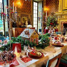 """Château de Cheverny on Instagram: """"C'est déjà l'heure de commencer à imaginer le réveillon de Noël 🍽🎄🌟 et à préparer la table.  Une belle table pour tous les gourmands !  La…"""" Christmas Table Decorations, Decoration Table, Holiday Decor, Table Design, Table Settings, Christmas Tree, Downton Abbey, Furniture, Home Decor"""