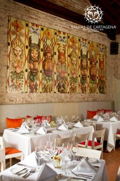 Salón principal Restaurante Brujas de Cartagena.   Cartagena - Colombia Valance Curtains, Home Decor, Environment, Living Room Red, Cartagena Colombia, Diners, Bruges, Lounges, Restaurants