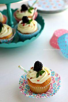 I Cupcakes con mousse al cioccolato bianco sono delle piccole tortine che vengono da oltreoceano, scenografiche e belle, conquistano subito tutti per il loro aspetto glamour. Sono perfette per tutte le occasioni, e decorate bene possono diventare l'attrazione principale del vostro party sostituendo