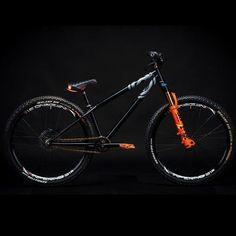 Dirt jump setups from mountain bike and slopestyle courses and competitions. Mtb Bike, Bmx Bikes, Cool Bikes, Moutain Bike, Mountain Biking, Vtt Dirt, Bike Locker, Dirt Jumper, Best Bmx