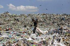 Mies etsii käyttökelpoista tavaraa kaatopaikalla Hondurasin pääkaupungin Tegucigalpan liepeillä.