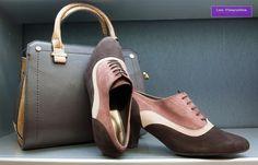 Este zapato abotinado te dará mucho juego. Te proponemos dos bolsos diferentes para lucirlos a lo largo del día en función del evento y formalidad del mismo.