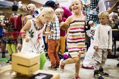 Kansantaiteenkeskuksen aula täyttyi lapsista, kun Orffit asteli yleisön eteen viikon seitsemännelle keikalleen.