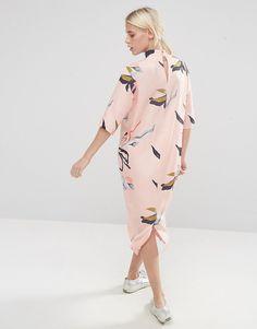 Imagen 2 de Vestido a media pierna con cuello alto y estampado floral contemporáneo de ASOS 45€