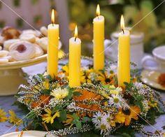 Tischkranz mit Herbstblüten und Kerzen
