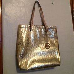 Like New! Michael Kors Large Shopper/ Tote Bag Michael Kors Pale Gold Large Shopper Tote Bag. 9in double leather straps. 13.5 wide 14.5 high 3.5 deep. Magnetic snap closure. MK signature lining. Excellent Condition! Used a couple of times Michael Kors Bags Totes