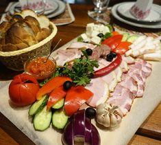 Mahlzeit! #taipantouristik #moldova #moldau #reisen #mahlzeit #hunger #lecker #immereinereisewert #jause #wanderlust #reiseblogger Caprese Salad, Wanderlust, Cheese, Table Decorations, Food, Meal, Viajes, Essen, Meals