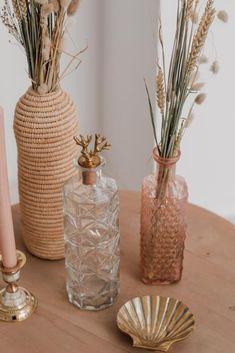 Fleur je interieur met deze messing schaal van A la een beetje op. Het schaaltje heeft de vorm van een schelp en je kunt bijvoorbeeld je favoriete sieraden in bewaren. Z'n unieke design staat op zich ook erg leuk op een bijzet- of salontafel. #schelpendecoratie #woontrends2020 #fonQinhuis #fonQnl #shelldecorations #schaaldecoratie #goudenschaal Glass Vase, Shells, Earth, Bottle, Interior, Red, Home Decor, Conch Shells, Decoration Home