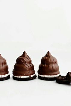 Flødeboller with Oreo Crust Köstliche Desserts, Chocolate Desserts, Chocolate Chip Cookies, Dessert Recipes, Chocolate Shop, Chocolate Cream, Brownie, Eat Cake, Sweet Recipes