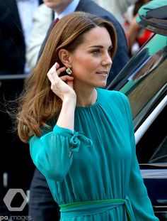 Kate Middleton and Prince William step out for special event ahead of Pakistan tour. Duchess Kate had earrings by Zeen, to buy on-line only for pounds. Kate Middleton Prince William, Prince William And Catherine, William Kate, Prince Harry And Meghan, Estilo Kate Middleton, Kate Middleton Photos, Kate Middleton Style, Royal News, Teal Green Dress