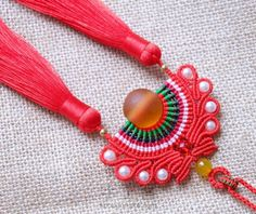 Diy Macrame Necklace Tutorial, Micro Macrame, Macrame Jewelry, Jewelry Crafts, Jewelry Ideas, Fiber Art, Beaded Bracelets, Necklaces, Boho
