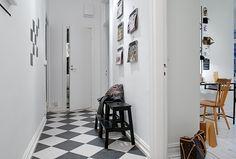 Simpel og nem at føre ud i livet. Interior Architecture, Interior Design, Home Food, Little Houses, Diy Design, Sweet Home, Entryway, Flooring, Black And White