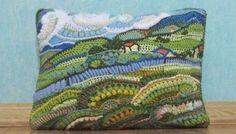 Cojín de ganchillo decorado con paisaje campestre