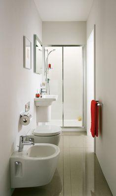 Nel #bagno stretto e lungo sono stati utilizzati della Connect Space di Ideal Standard un lavabo in ceramica a semicolonna che misura L 55 x P 38 cm. Sopra è appeso uno specchio con luce da 50 cm. I sanitari, installati uno a fianco dell'altro, sono sospesi e misurano L 36,5 x P 48,5 cm. Il piano doccia della cabina doccia Connect PS sfrutta l'intera larghezza dell'ambiente