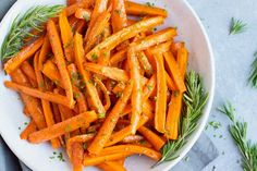 This honey roasted carrots recipe is an easy, healthy, gluten-free, dairy-free, and vegetarian recipe that teaches you how to roast carrots in the oven. Herb Recipes, Carrot Recipes, Easy Recipes, Gluten Free Recipes Side Dishes, Vegetarian Recipes, Finger Food Appetizers, Finger Foods, Honey Roasted Carrots, White Bowl