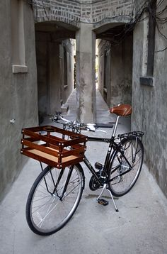 This lovely bike crate has a cup holder too. simply beautiful from Bates Crates For when the kids move out and we buy that townhouse in the by rosanne Velo Vintage, Vintage Bicycles, Cool Bicycles, Cool Bikes, Bici Retro, Velo Design, Bicycle Design, Velo Cargo, Bicycle Basket