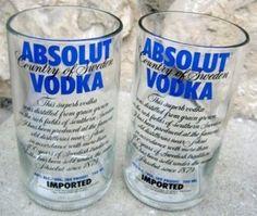 Recicla tus botellas de vidrio en unos originales y únicos vasos.