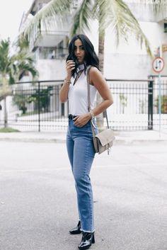 Jade Seba com look básico, confortável e ainda assim irreverente e descolado. Para fugir do combo camiseta branca + jeans, ela apostou no acessórios: pulseiras, colar, cinto e bota.