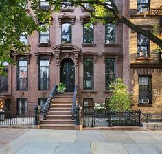 Located on a tree-lined street in the heart of Prospect Heights in Brooklyn, New York, this historic brownstone house underwent a complete renovation and restoration by Buck Projects. New York Brownstone, Brooklyn Brownstone, Brownstone Interiors, Brownstone Homes, Brooklyn House, Manhattan House, Brooklyn Apartment, Photographie New York, Green Design
