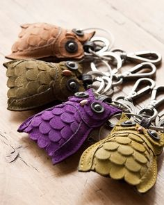 cute leather owl key rings or zipper pull Leather Art, Leather Jewelry, Diy Sac, Felt Owls, Owl Crafts, Leather Flowers, Cute Owl, Leather Projects, Small Leather Goods
