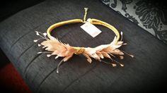 Cinturon plumas dorado y rosa nude con hoja de pedrería